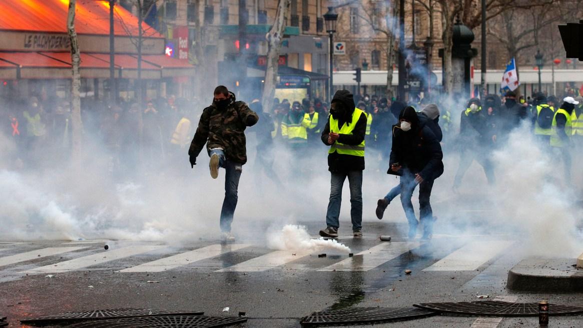 Los chalecos amarillos reclaman por la violencia policial(AP Photo/Francois Mori)