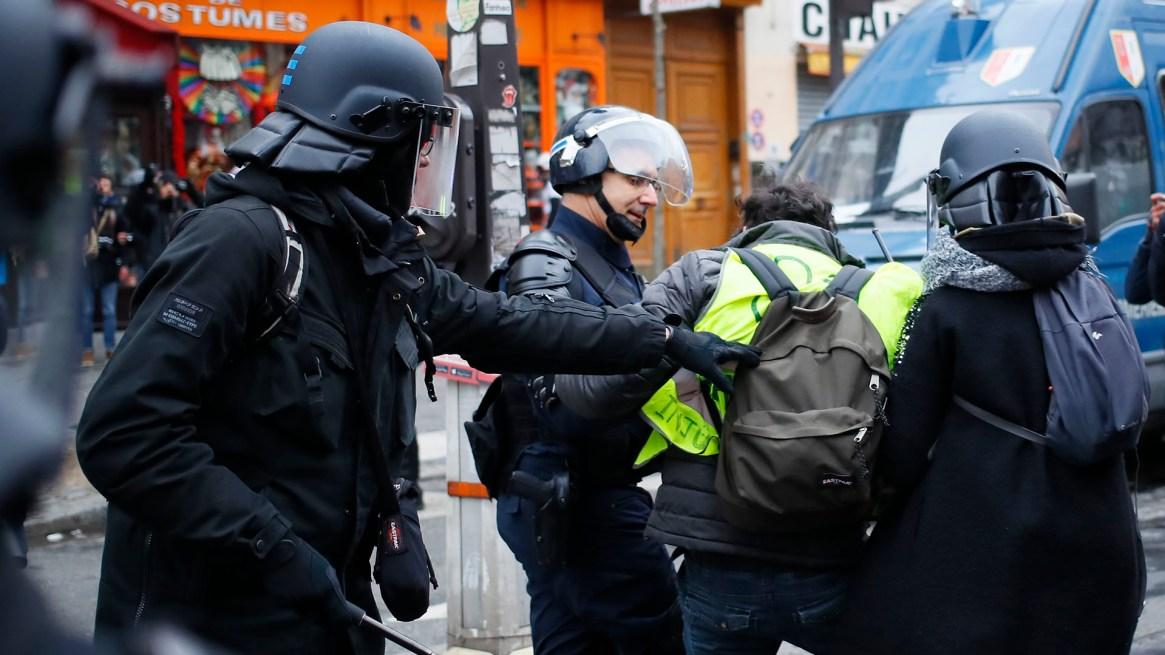 La policía se lleva a un manifestante (AP Photo/Francois Mori)