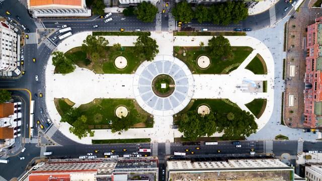 La Plaza de Mayo es el resultado de la unión de los plazas de la Recova y del Fuerte. Es un símbolo en la Ciudad de Buenos Aires y reúne a 3 de los edificios más emblemáticos: la Casa Rosada, el Cabildo y la Catedral.