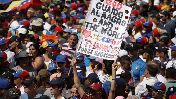 Un hombre sostiene una pancarta durante una manifestación contra el régimen de Maduro en Caracas (REUTERS/Andres Martinez Casares)