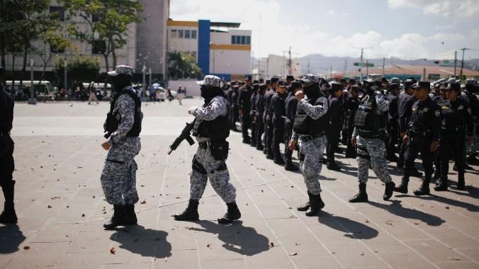 La policía salvadoreña se prepara para la jornada electoral (REUTERS/Jose Cabezas)