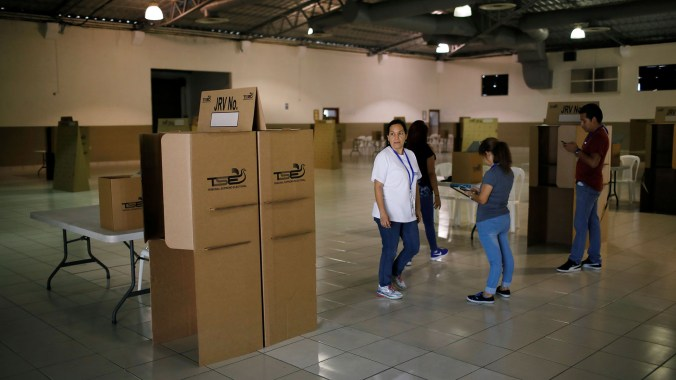 Las casillas y las urnas listas para este domingo(REUTERS/Jose Cabezas)