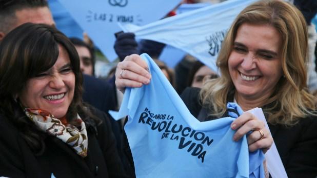 La senadora Silvia Elías de Pérez junto a uno de los pañuelos de las campaña anti aborto. (Foto NA:Mariano Sánchez).