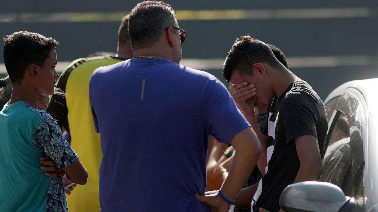 Uno de los jóvenes se lamenta en el lugar de la tragedia (Reuters)