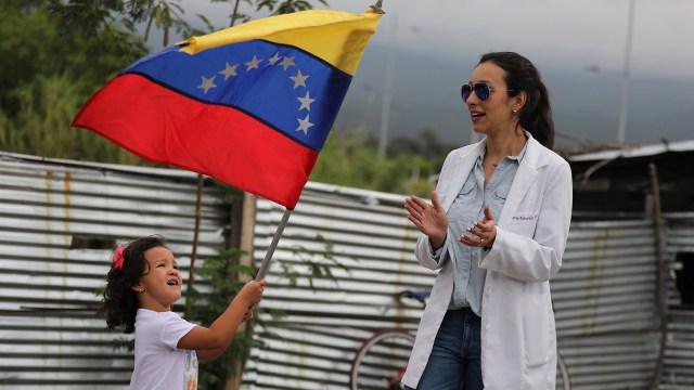 Los médicos venezolanos se pusieron a disposición del equipo de Juan Guaidó para colaborar en el reparto de la ayuda humanitaria (REUTERS/Luisa Gonzalez)