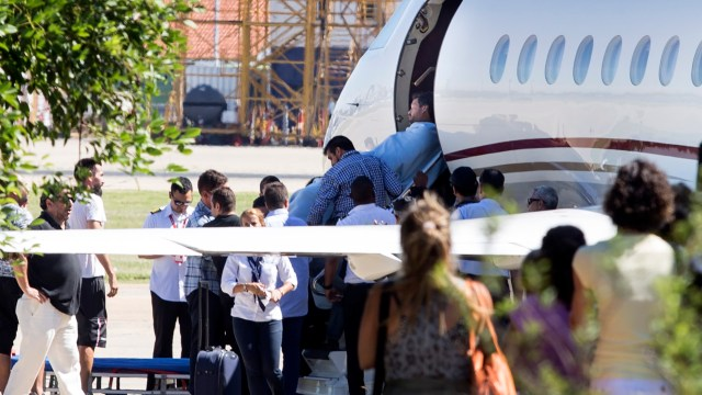 El preparador físico Pablo Santela baja del avión sanitario que lo trajo de Venezuela luego del accidente sufrido por el plantel de Huracán (NA)