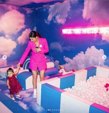 Mamá en acción en el pelotero V.I.P.: aquí Kylie Jenner con uno de los cambios que usó en el evento de su hija.