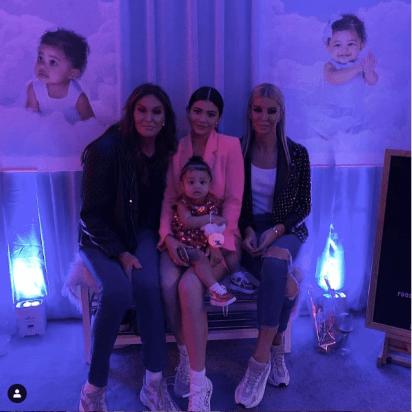 La pequeña Stormi secundada por su abuela, Caitlyn Jenner.