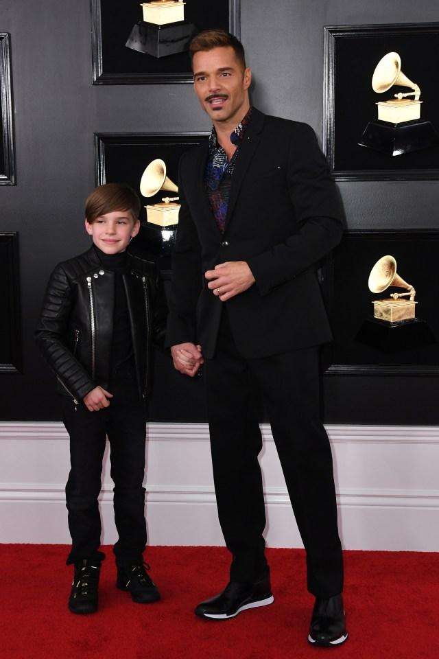 Ricky Martin asistió a los Grammy junto a su hijo. El cantante puertorriqueño eligió un esmoquin negro con camisa estampada y zapatillas. El pequeño, más sporty, un pantalón de vestir, zapatillas y campera de cuero