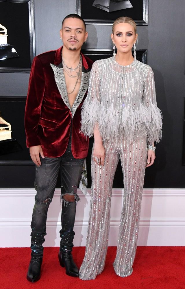Evan Ross y Ashlee Simpson, la pareja llegó a la red carpet de los Grammy con diversos looks. Ella apostó al lujo con paillettes y plumas con joyas. Él, con saco de chiffón rojo con hilo plateado, destroy denim con botas cowboy