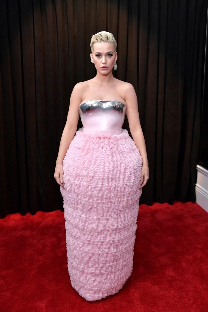 La cantante Katy Perry apostó a un vestido strapless en metalizado plateado y rosa. La falda realizada en tul vaporosa y el corsé rígido. ¿El detalle fashionista? La longitud de sus aros