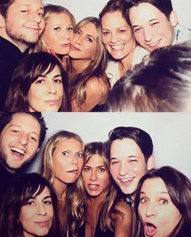 Jennifer aniston con sus alguno de sus amigos, entre ellos Gwyneth Paltrow