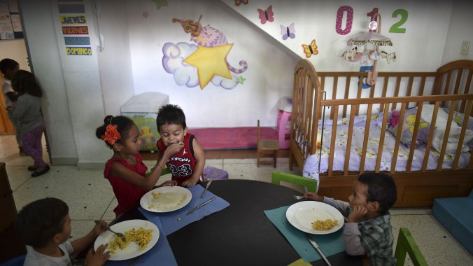 """Según el Parlamento de mayoría opositora, Venezuela vive una """"emergencia nutricional"""", con un retardo de crecimiento que afecta a un 33% de niños pobres de 0 a 2 años (AFP)"""