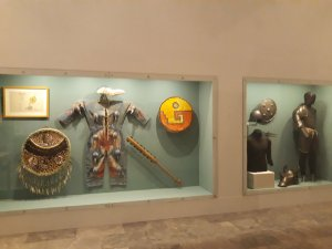 Muestra de armadura azteca y española (Cynthia Talavera / Infobae)