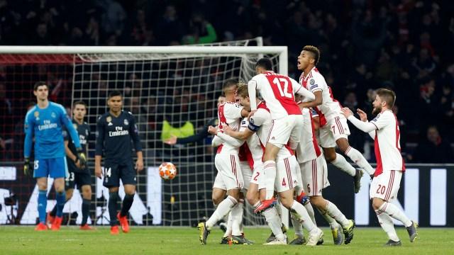 Así festejó el Ajax el gol de Tagliafico. Duró poco la alegría (Foto: REUTERS/Eva Plevier)