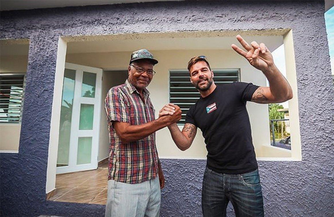 Ricky junto a un ciudadano de Puerto Rico al cual se le reconstruyó la casa. (Foto: Instagram)
