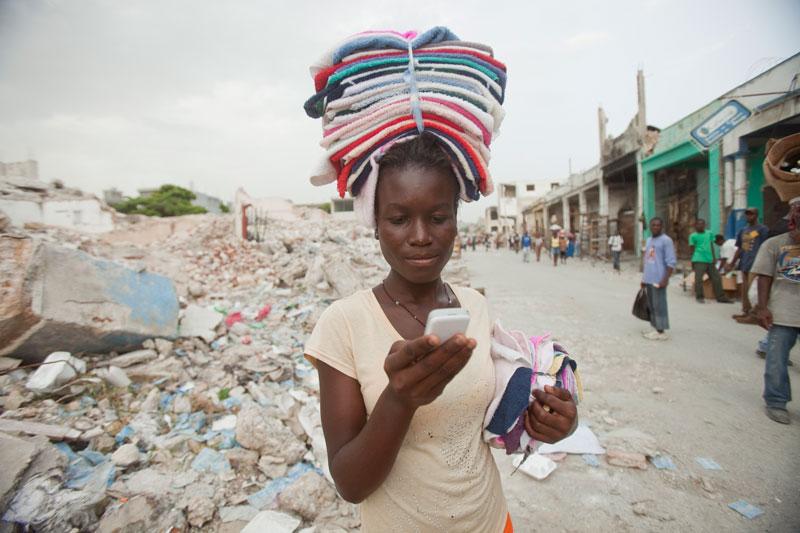 Amujeres como Ketteline Pierre,estudiante secundaria y trabajadora enHaiti, el teléfono celular les abre posibilidades que de otra forma no tendrían. (Bill and Melinda Gates Foundation)