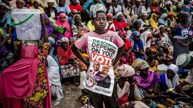 Un niño sostiene un cartel de campaña (AFP)