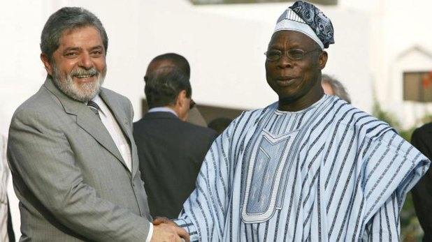 Olusegun Obasanjo, primer presidente de Nigeria tras el regreso de la democracia, saludando a Lula da Silva