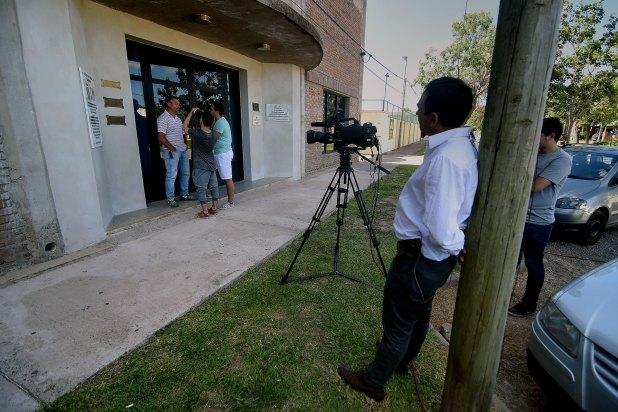 La prensa hace guardia en las inmediaciones del club San Martín (Nicolás Stulberg)