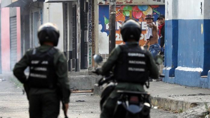 Las calles de Ureña se llenaron de fuerzas de seguridad para impedir el paso humanitario (AFP)