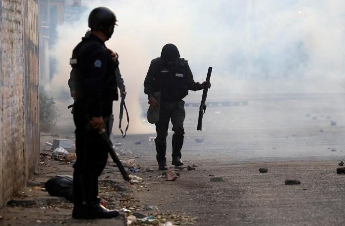 Las fuerzas represivas de Nicolás Maduro lanzaron gases contra los manifestantes para impedir que puedan cruzar la frontera con Colombia (Reuters)
