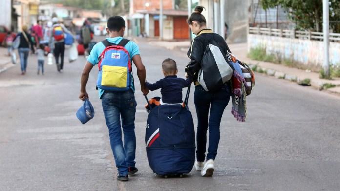La gente camina hacia la frontera con Brasil en Santa Elena de Uairen, Venezuela (Reuters)