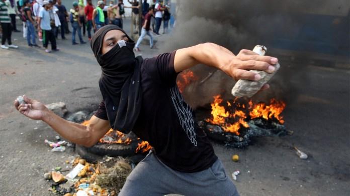 Manifestantes se enfrentan a las fuerzas de seguridad de la dictadura de Nicolás Maduro en Ureña, Venezuela (Reuters)