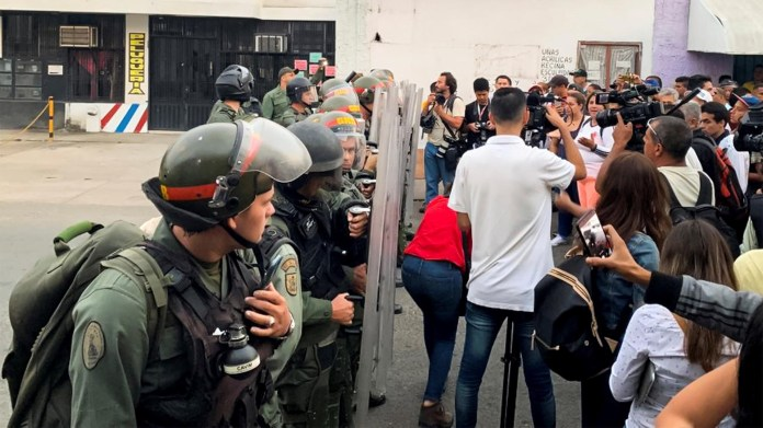 Un grupo de funcionarios de la Guardia Nacional Bolivariana bloquean el paso internacional sobre el río Táchira. La dictadura de Nicolás Maduro ordenó cerrar la frontera para impedir que llegue la ayuda humanitaria(EFE)