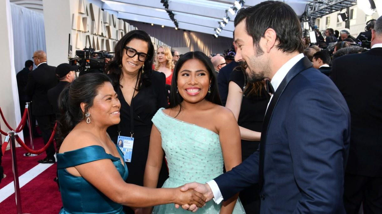 Yalitza Aparicio, su madre, y Diego Luna durante la ceremonia (Foto: AP)