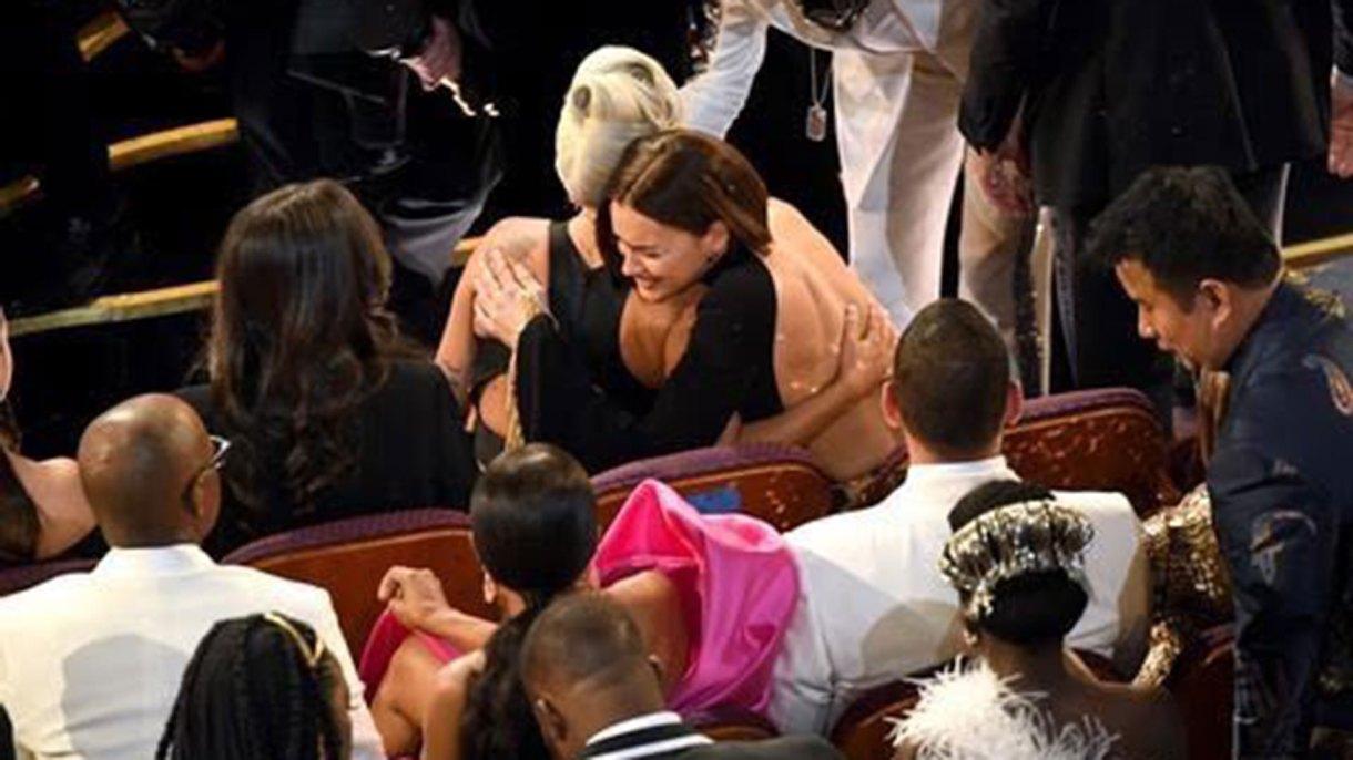 El abrazo de Irina Shayk a Lady Gaga tras la actuación con Bradley Cooper en los premios Oscar
