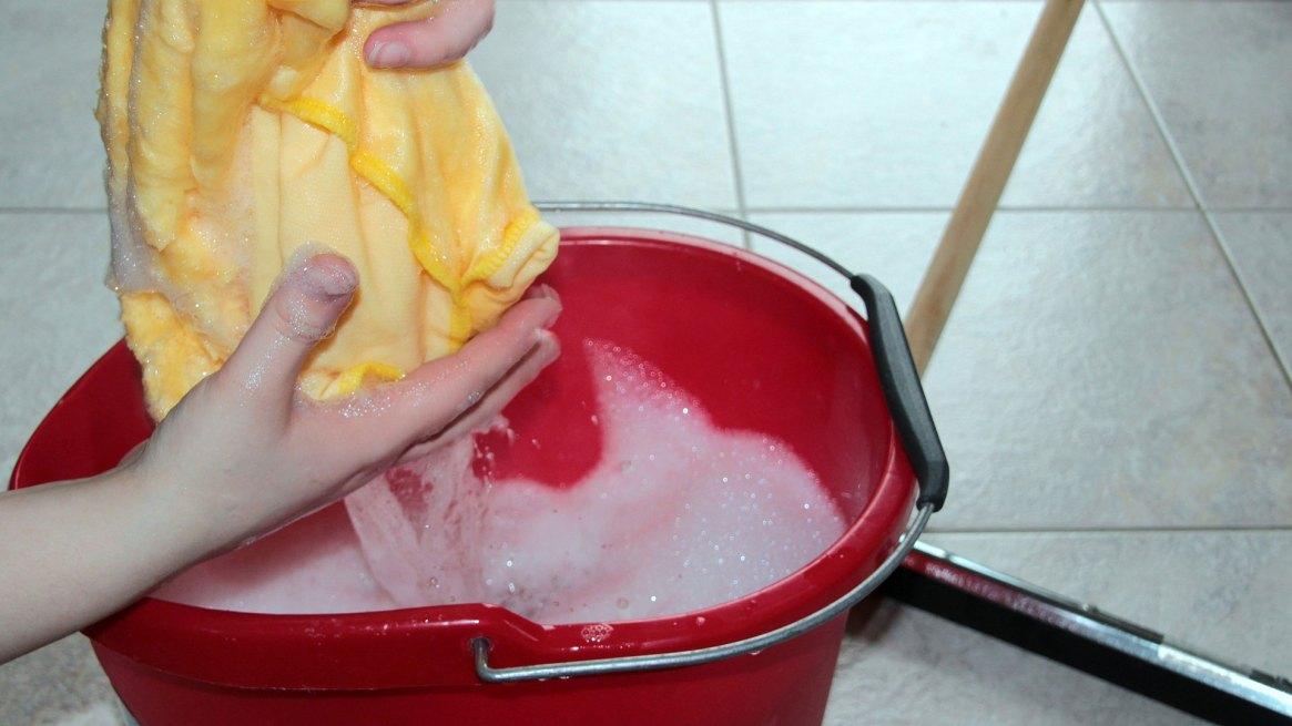 las mujeres dedican casi 13 horas semanales a realizar tareas de limpieza del hogar