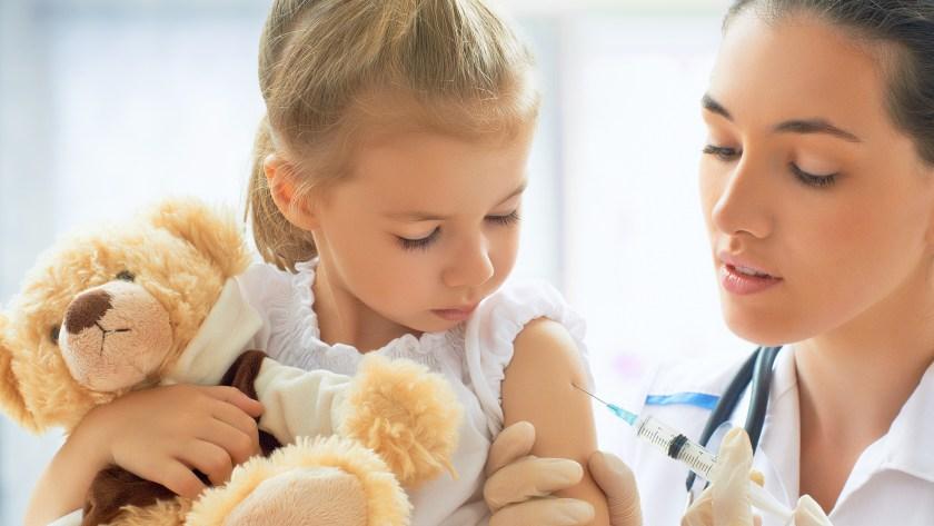 Niña recibe vacuna.