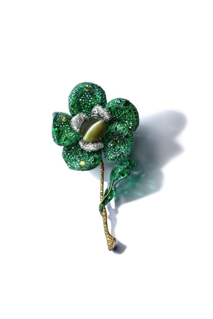 """""""Broche Greenovia"""" de Cindy Chao en titanio, oro blanco de 18k y plata, engarzado con un crisoberilo ojo de gato de 105 quilates, diamantes y casi 2500 piezas de 6 variedades de piedras preciosas verdes."""