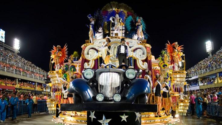 La satírica carroza de la escuela Vila Isabel estuvo entre lo más destacado de la noche (Mauro Pimentel / AFP)