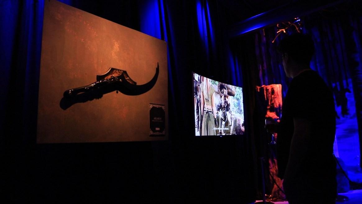 Las armas que se pueden ver en la serie junto con las escenas en donde las utilizan invitan a los presentes a transportarse al momento exacto