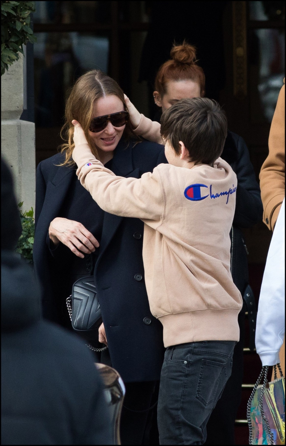 Uno de sus hijos abraza a Stella en la puerta del hotel Ritz.