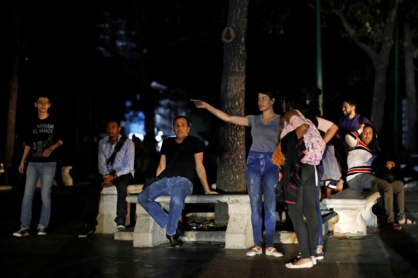 Vecinos en un parque durante el apagón (REUTERS/Carlos Jasso)
