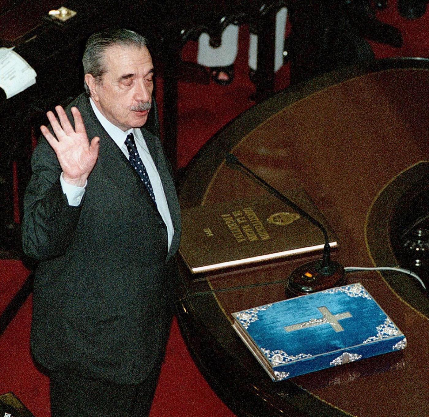 Alfonsín presta juramento como senador nacional por la provincia de Buenos Aires en el recinto de la Cámara Alta