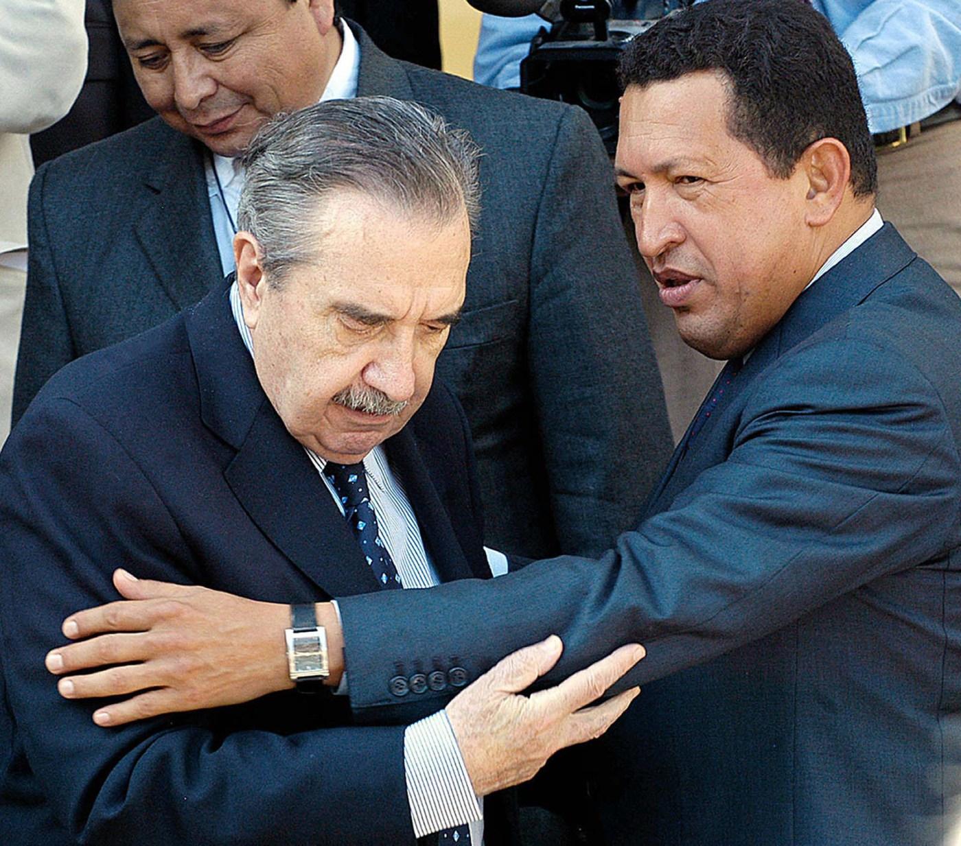 En agosto de 2004, Alfonsín saluda al presidente venezolano Hugo Chávez en el Palacio Presidencial de Miraflores en Caracas