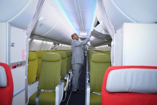 El CEO de Ethiopian Airlines Tewolde GebreMariam inspecciona una boeing 737-800 MAX recién entregado (EFE)