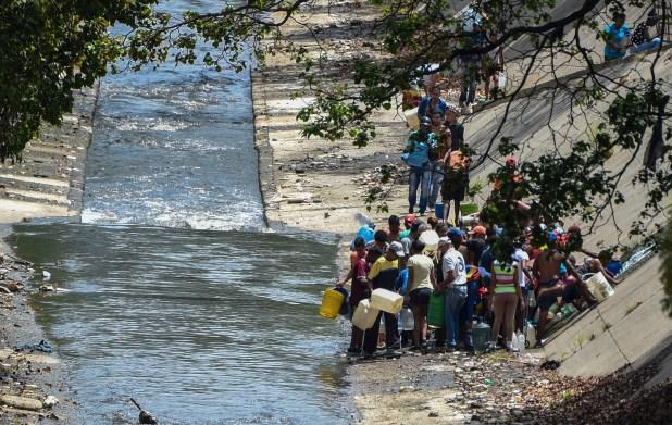 Algunas familias llegaron a un desagüe del río Guaire en Caracas (AFP)