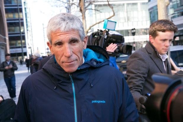 William Singer deja el tribunal federal luego de declararse culpable de cargos relacionados con los planes de admisión a la universidad, en Boston, el 12 de marzo de 2019