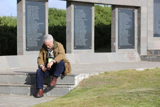 Algunos de los familiares precisaron de un tiempo a solas y de reflexión para poder recuperarse del pico emocional vivido durante el encuentro con la tumba de su familiar caído en combate