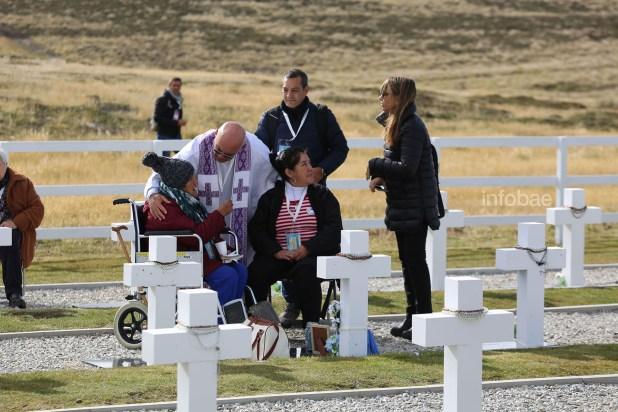 La periodista Gabriela Cociffi y el padre Ponciano Acosta consuelan a la familia de Luis Sevilla