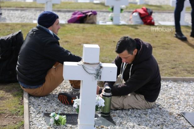 Los hijos del cabo Primero post mortem de gendarmería, Misael Pereyra. Ellos aun mantienen la esperanza de que los restos de su padre, se encuentren en la tumba c.1.10 que fue mal nombrada durante la refacción de 2004