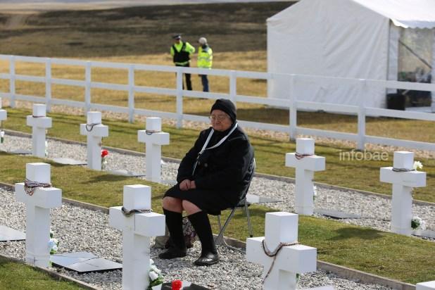 """Lila Yolanda Aguirre frente a la tumba de su hijo dijo que no quería recordar a su Héctor así, frío como el mármol que descansa debajo de la cruz, que lo sentía """"tibio y cerca"""". A los 82 años contó que en su memoria él aparece sonriendo y llamándola """"Negra"""""""