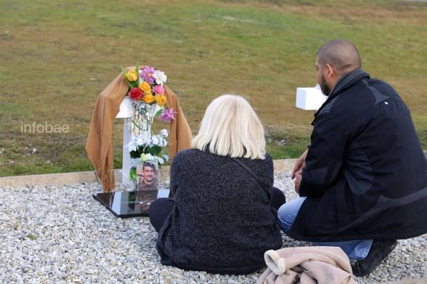 """La familia del sargento Mario""""Perro"""" Cisnero junto a la tumba de quien fuera apodado como el """"Sargento Cabral"""" de las Malvinas"""