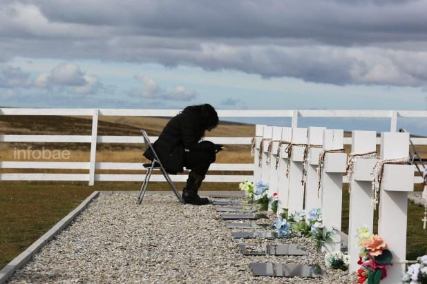 """Karina Massad, frente a la tumba de su hermano Daniel. """"Le estoy contando todo lo que me pasó estos años que él no estuvo conmigo"""". se emocionó frente a la cruz"""