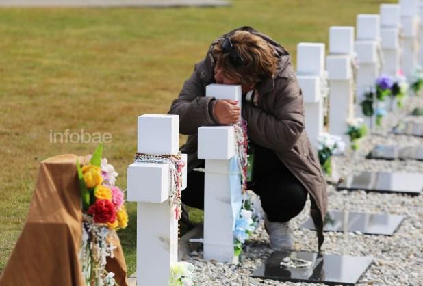 Una familiar de Mario Ramón Luna se apoya sobre la cruz en medio del llanto. También le dejó uno de los rosarios que fueron provistos a todos los visitantes durante el día